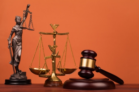 Giudice martello sul tavolo in legno Archivio Fotografico - 22061175