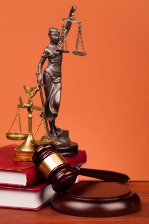 Rechter hamer op een houten tafel Stockfoto