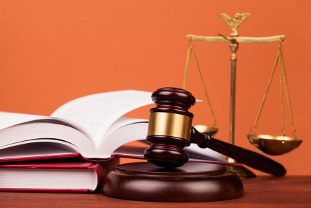 Giudice martello su tavola di legno Archivio Fotografico - 22061141