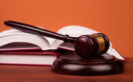 Giudice martello su tavola di legno Archivio Fotografico - 22061130