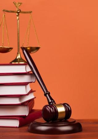martillo juez: juez martillo en la mesa de madera