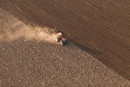 Luchtfoto van oogst velden met tractor
