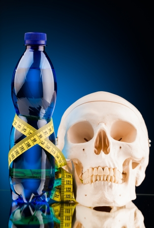 botella de plastico: cr�neo humano y una botella de fitness