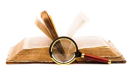Vecchio libro e lente di ingrandimento isolato su bianco Archivio Fotografico - 25157459