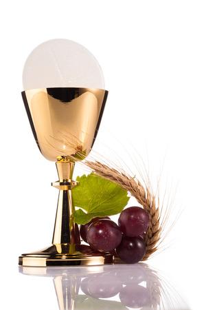 Saint Calice de la communion isolé sur blanc Banque d'images - 32307189