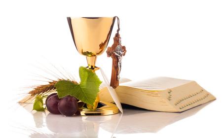 kruzifix: Heilige Kommunion Kelch isoliert auf weiß