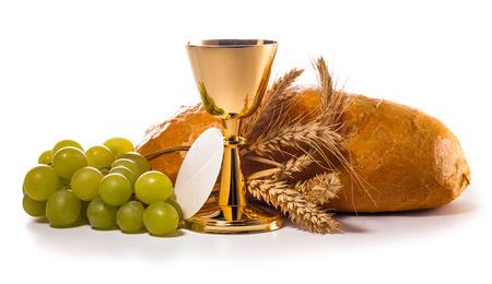 heilige communie kelk op wit wordt geïsoleerd
