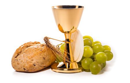 eucharistie: Saint Calice de communion isolé sur blanc