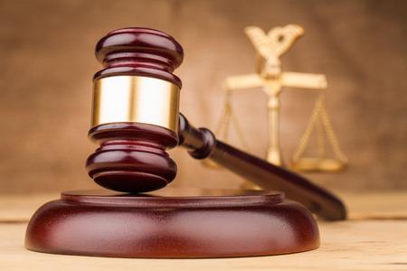 Giudice martelletto, bilancia e blocco sonoro su tavolo Archivio Fotografico - 34731794