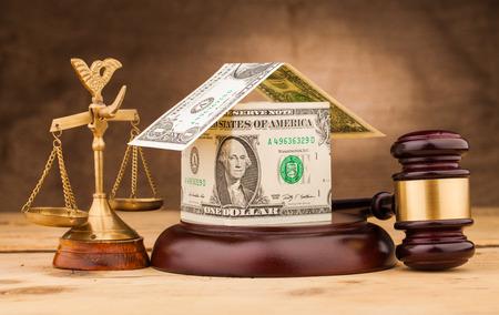 rechter hamer schalen en geld huis op tafel Stockfoto