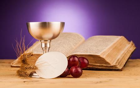 Eucharistie, Sakrament der Heiligen Kommunion Standard-Bild - 34734155