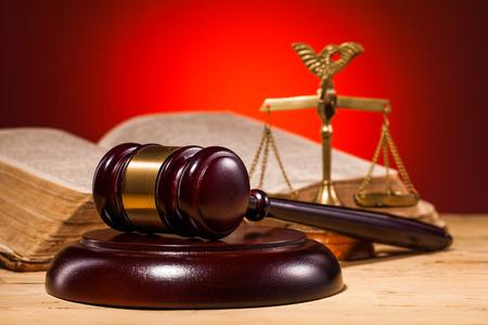 dama justicia: escalas juez martillo y viejo libro sobre la mesa de madera
