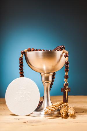 communie op houten tafel