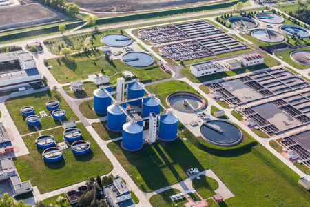 Veduta aerea di impianto di trattamento delle acque reflue in Wroclaw in Polonia Archivio Fotografico - 39765727