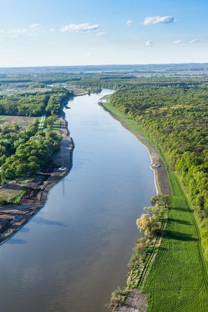aerial: vista aérea de los campos cerca de la ciudad de Wroclaw en Polonia