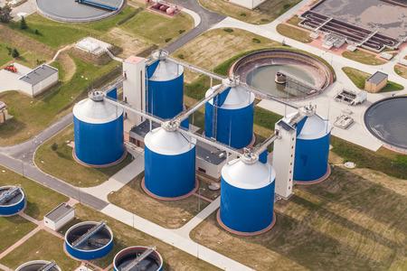 Luchtfoto van de rioolwaterzuiveringsinstallatie in Wroclaw stad in Polen