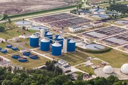agua purificada: Vista aérea de la planta de tratamiento de aguas residuales en la ciudad de Wroclaw en Polonia
