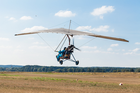 MOTORIZADO: El ala delta motorizada en el cielo azul Foto de archivo
