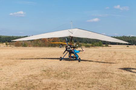 MOTORIZADO: El ala delta motorizada en el campo de aviación en Polonia Foto de archivo