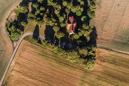luchtfoto van de kerk en de oogstvelden in Polen Stockfoto