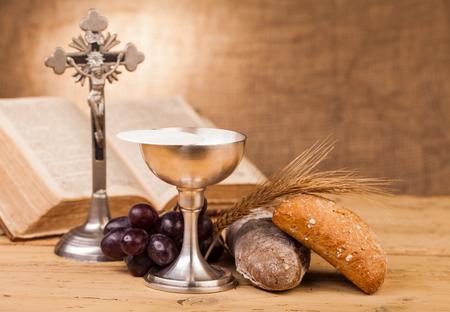 Heilige communie kelk op houten tafel Stockfoto - 49158714
