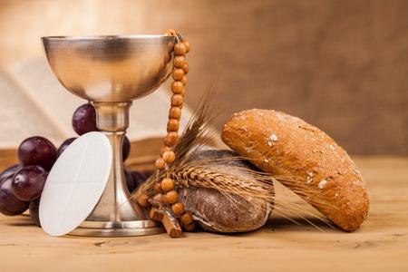 eucharistie: sainte communion calice sur la table en bois