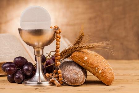 COMUNION: cáliz sagrada comunión en la mesa de madera