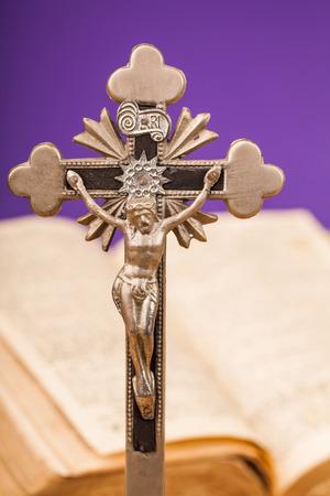 kruzifix: Kruzifix Zusammensetzung auf Holztisch