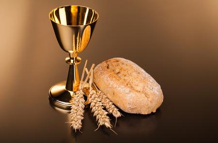 Christian święty communioncomposition na ciemnej powierzchni