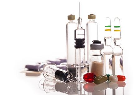 droga: medicamentos y drogas aislados en blanco