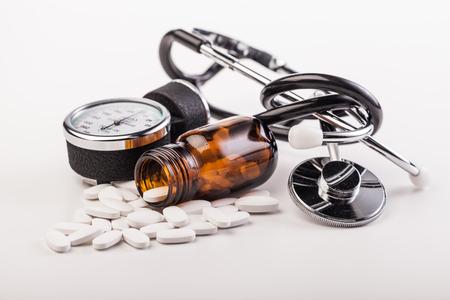 estetoscopio: medicamentos y drogas en la mesa