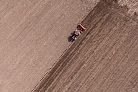 vogelspuren: Luftaufnahme der Traktor auf Erntefeld in Polen