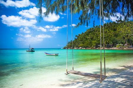 Schommel hangen van kokosnoot boom op het strand, Phangan eiland Stockfoto