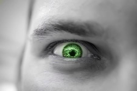 eye green: Hombre triste y enojado serio que mira con el ojo verde Foto de archivo
