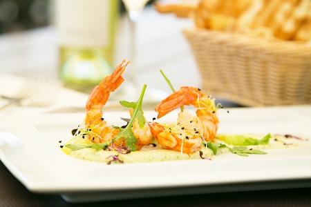 Grillé crevettes apéritif avec du vin blanc dans la haute cuisine restorant