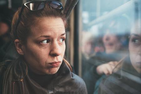 Een vrouw in de tram alleen en geërgerd Stockfoto