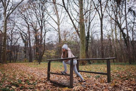 야외 크로스 트레이닝 운동 스트레칭 여성, 가을 시간