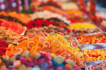 시장에서 다채로운 사탕의 컬렉션