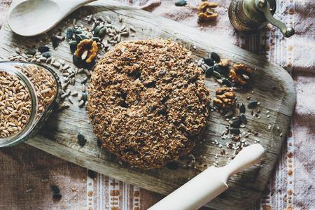 Pane fatto in casa con le noci, semi di zucca, semi di girasole e sesamo