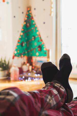 나무 아래 크리스마스 선물 상자 양말 발