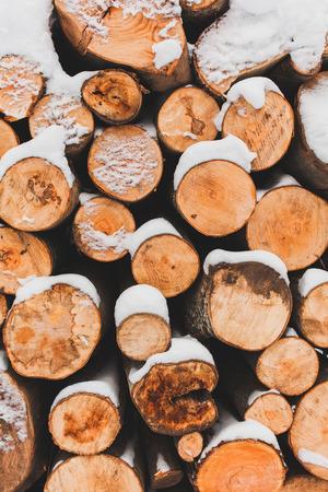 Pile di log materiale fuori in inverno
