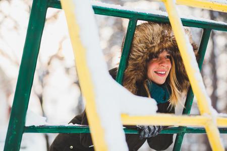 Giovane donna sveglia in mezzo alla neve nel parco