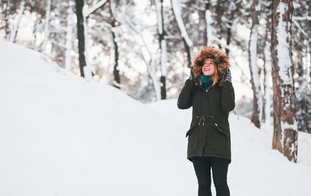 공원에서 눈에 서 젊은 귀여운 여자