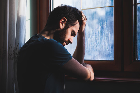 후회의 창에 앉아 젊은 슬픈 미친