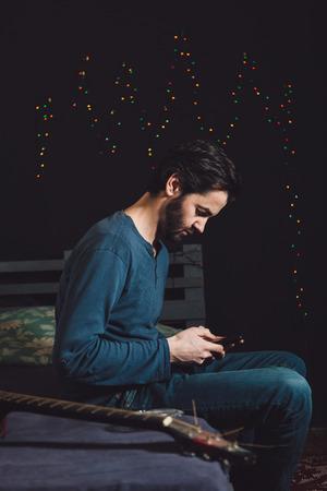 휴대 전화를 사용 긴장 남자 스톡 콘텐츠
