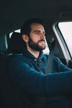 Ritratto di un uomo alla guida della sua auto Archivio Fotografico