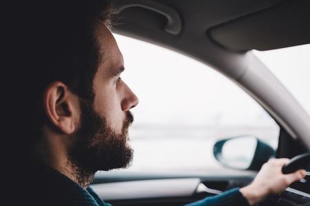 자신의 차를 운전하는 남자의 초상화