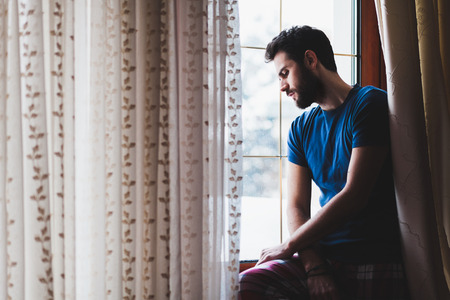 sit down: triste loca joven que se sienta junto a la ventana en el remordimiento