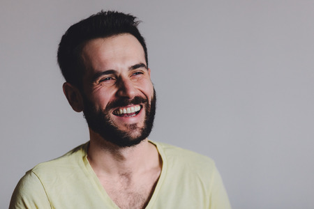 Il giovane con la barba che ride, girato in studio.