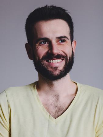 Ritratto di un giovane uomo barbuto sorridente